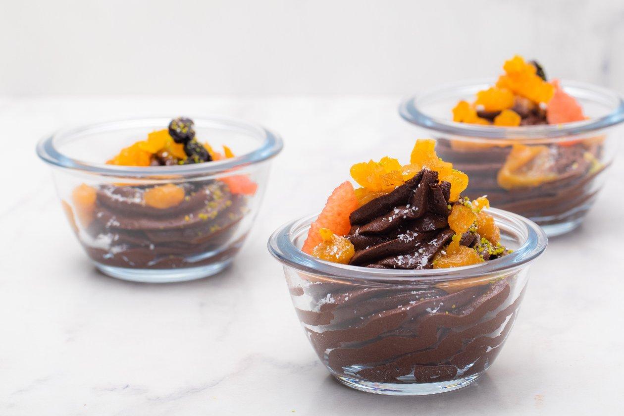 Kakaolu Mus Brownie Parçacıkları ve Meyve Püresi ile