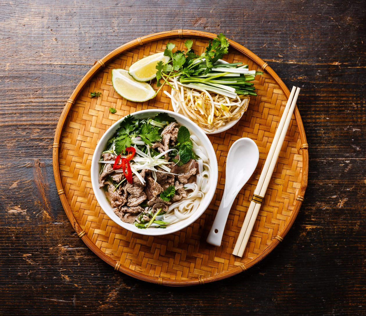 """Dana Etli Vietnam Usulü """"Pho Bo"""" Çorbası, Soya Filizi ve Yeşil Soğan İle"""
