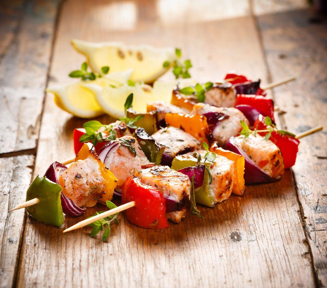 Izgara Somon Balığı ve Sebze Şiş