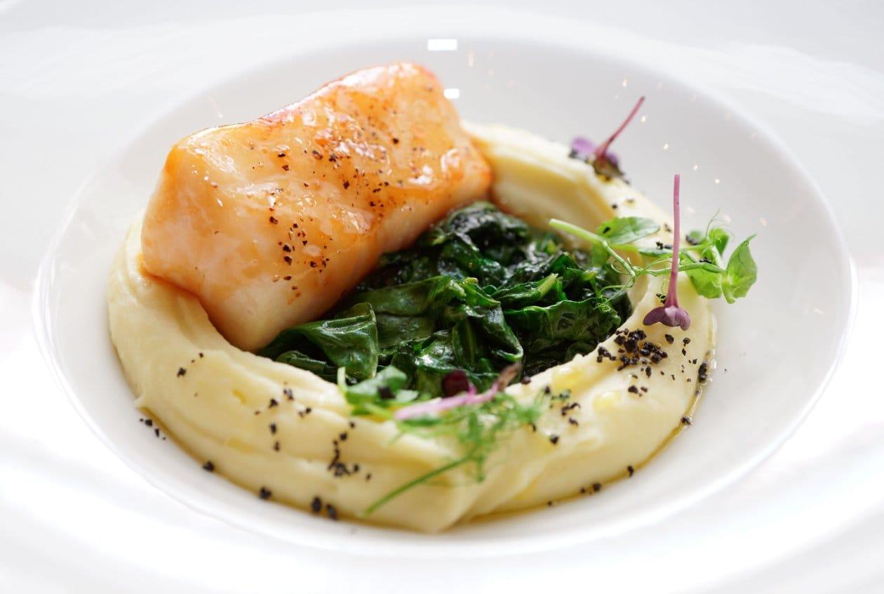 Mezgit Balığı Tava, Sütlü Patates Püresi ve Ispanak Sotesi ile