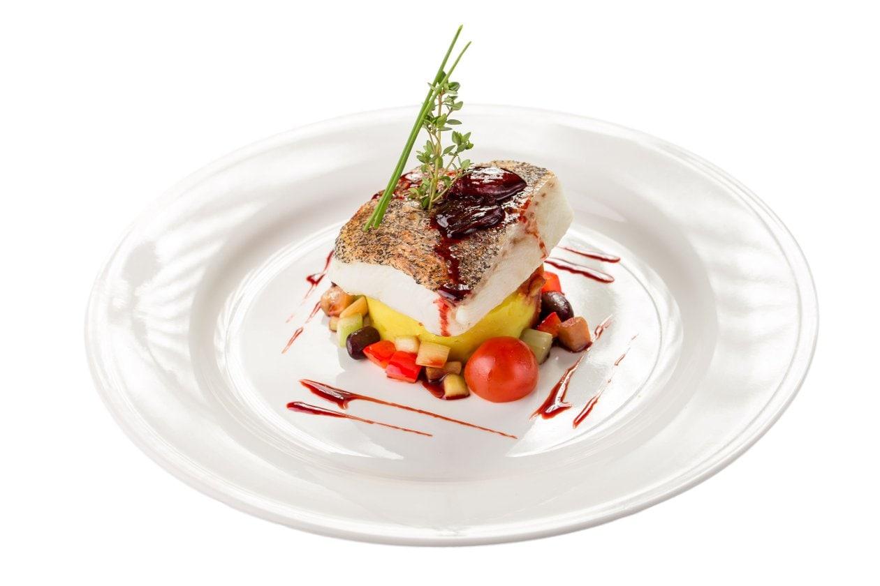 """Tuzda Morina Balığı """"Bacalao"""", Patates Püresi Üzerinde, Mevsim Sebzeleri ve Kara Üzüm Sosu İle"""